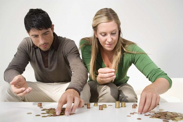 Casal administrando finança