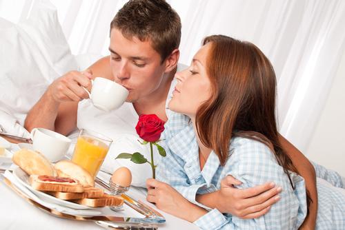 Casal tomando café da manhã