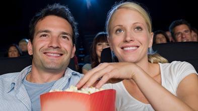 Casal no cinema comendo pipoca