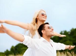 Casal de namorados erguendo as mãos