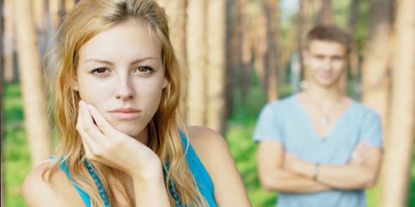 Casal de namorados pensativos