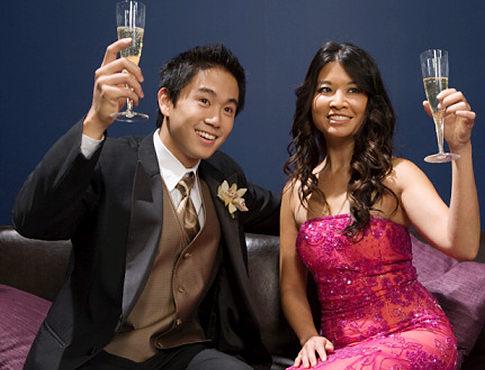 Casal tomando vinho em festa