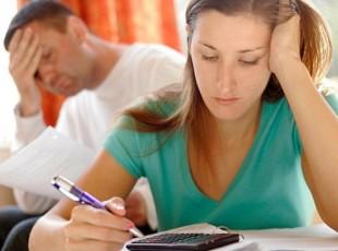 Casal endividado fazendo planejamento financeiro