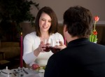 Casal jantando no restaurante