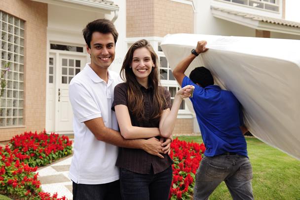 Casal mobiliando casa