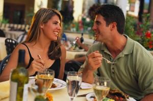 Casal de namorados comendo no restaurante