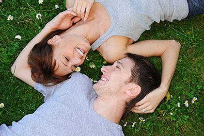 Casal de namorados deitados no jardim