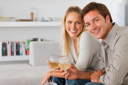 Casal comemorando com vinho