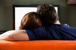 Casal de namorados assistindo filme juntos
