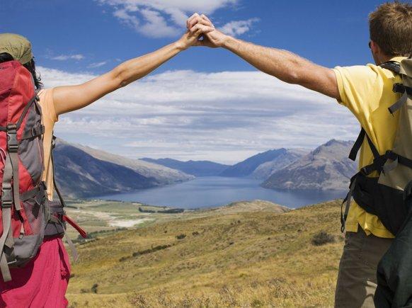 Casal de namorados viajando juntos