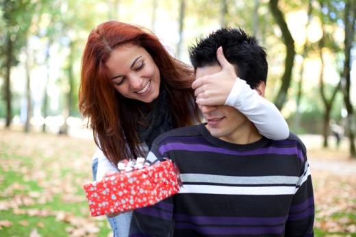 Esposa oferecendo presente para o marido