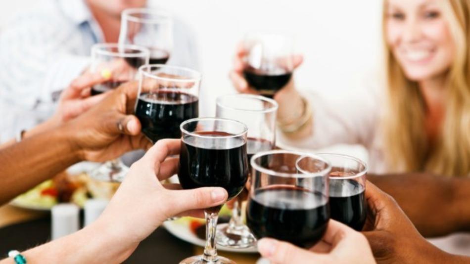 Grupo de casal bebendo vinho