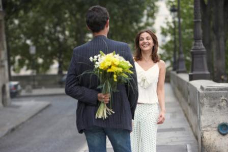 Namorado entregando flores para namorada