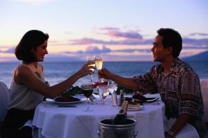 Casal de namorados em um jantar romântico