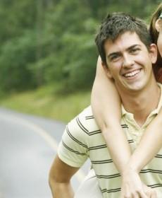Namorada abraçando o namorado