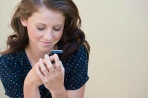 Namorada checando uma mensagem no celular
