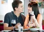 Casal de namorados jantando