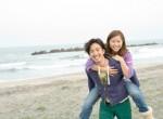 Casal de namorados se divertindo na praia