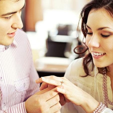 Casal de namorados trocando alianças