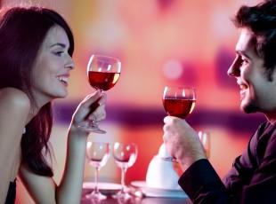 Namorados bebendo vinho