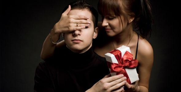 Namorada dando presente para namorado