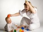 Babá brincando com bebê