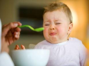 Bebê rejeitando comida