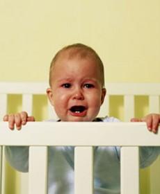 Bebê sozinho chorando