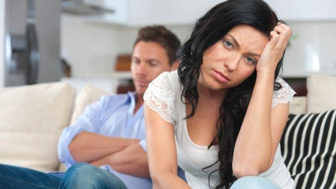 Casal evitando briga