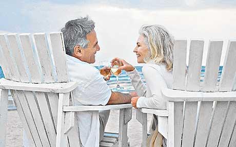 Casal de meia idade curtindo praia