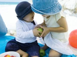 Crianças disputando maçã