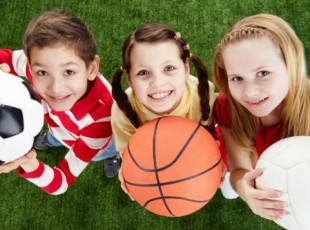 Crianças segundo bolas