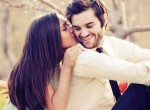 Esposa beijando marido