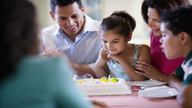 Familía comemorando aniversário da filha