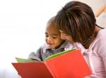 Filho aprendendo com a mãe