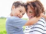 Mãe abraçada com filho