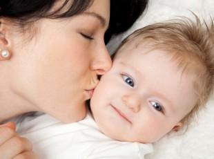 Mãe beijando filho