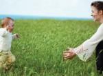 Mãe ensinando filho a andar