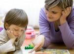 Mãe incentivando filha a aprender