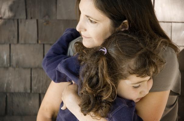 Mãe protegendo filha