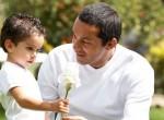 Pai dando flor para o filho