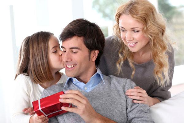 Pai dando presente para filha