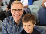 Pai e filho no estádio de futebol
