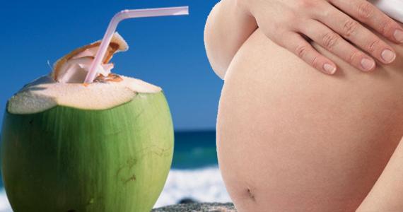 Há grandes benefícios em tomar água de coco durante a gravidez