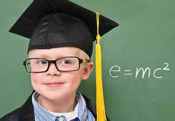 Criança inteligente tirando foto ao lado de um quadro