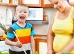Mãe grávida preparando comida rica em proteina