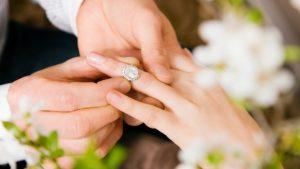 Momento esplendido de noivos trocando a aliança.